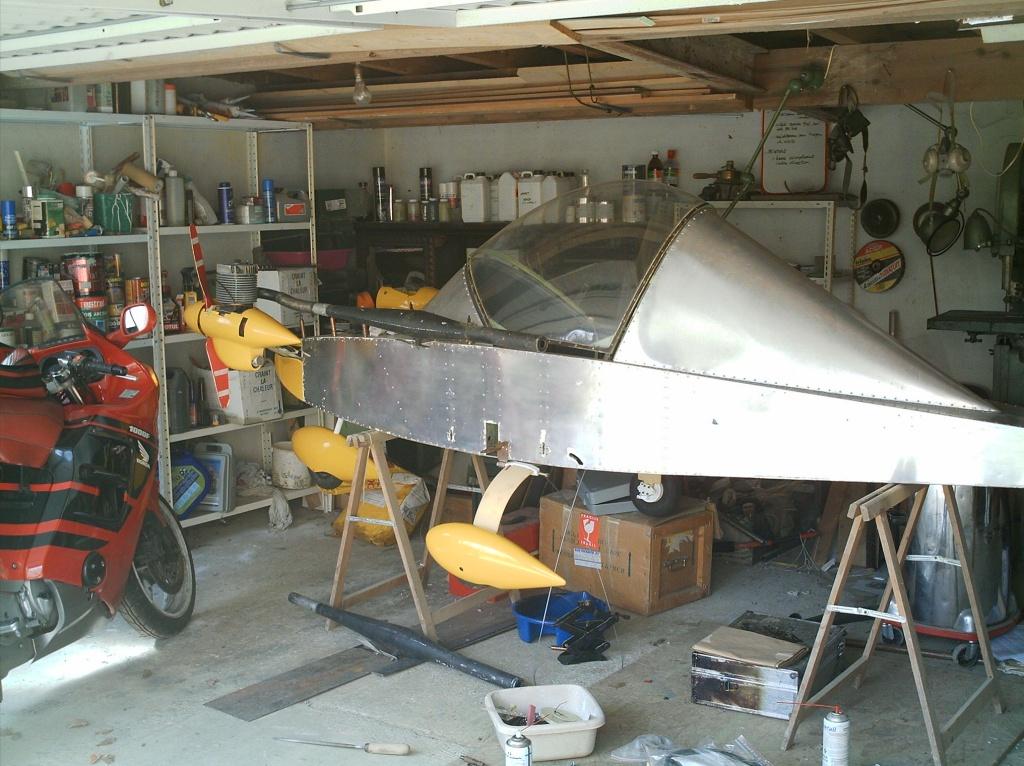 历史 1971年,CriCri飞机的设计者Michel Colomban开始设计这种双引擎小飞机,他的目标是设计一种双引擎的便宜飞机,还能做一点机动动作。价钱不超过1000美元,包括引擎(当然是1971年美元值)。装配工作大概花1500工作小时,然后,CriCri(他女儿的昵称)飞机准备首飞了。 首飞由Robert Buisson驾驶,在1973年7月19日于巴黎数公里外的Guyancourt机场。测试了起落架后,他们两个决定把当时的两轮起落架换成更安全的2轮起落架。一切就绪后,Buisson开始加速,8